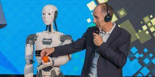 Robotul umanoid InMoov se intalneste cu vizitatorii Bucharest Technology Week