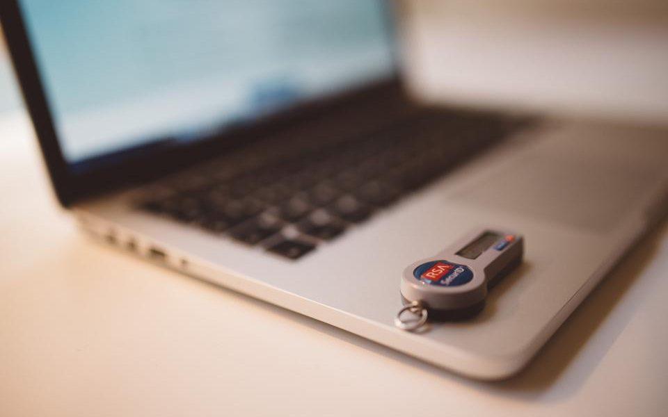 eMAG, OLX și elefant.ro, platformele online de pe care românii cumpără cel mai des