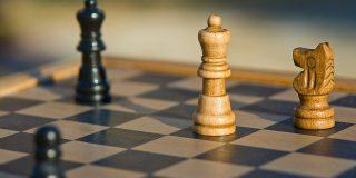 Șah mat: cum își depășesc concurența liderii de top