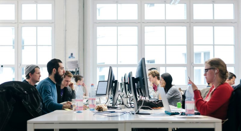 Managerii estimeaza o crestere moderata a numarului de salariaţi in constructii si comertul cu amanuntul