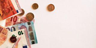 54% dintre romani inca platesc cash atunci cand calatoresc