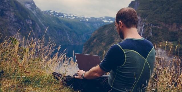 5 obiceiuri ale nomazilor digitali pe care oricine le poate adopta pentru a-si face zilele mai inspirate