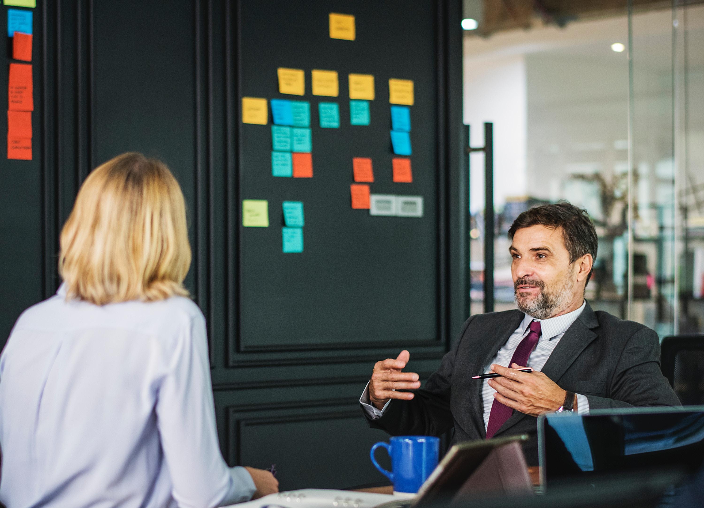 Conversatii despre cariera pe care sefii buni le au regulat cu angajatii lor