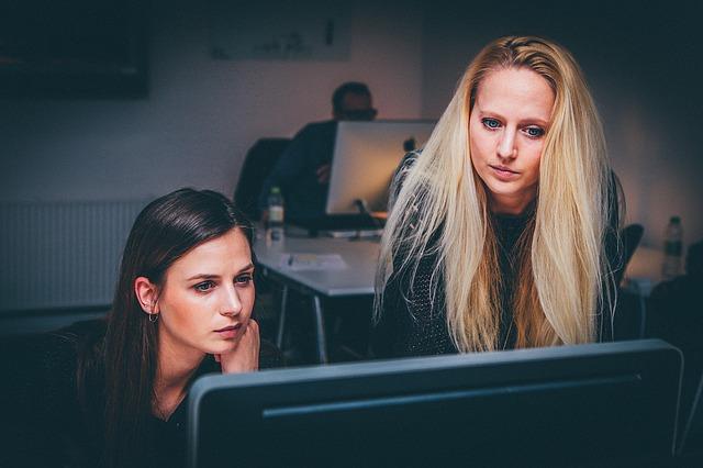 Trei din patru femei cred ca sefii apreciaza mai mult munca barbatilor