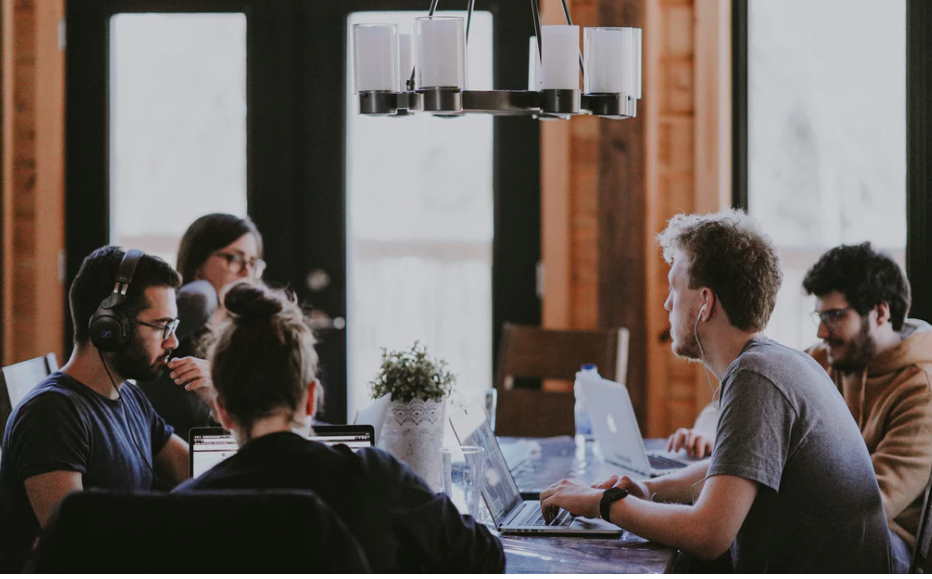 Cum sa te intelegi mai usor cu colegii de la locul de munca
