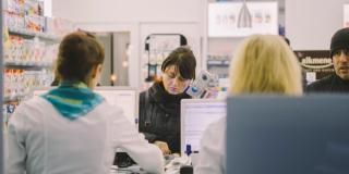 Topul salariilor din industria farmaceutic: angajatii romani, cel mai prost platiti din regiune