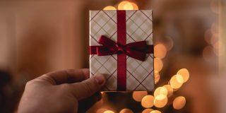 Cadourile la care ne-am gandit vin singure la tine pe mail si le gasesti pe site-ul Fundatiei Calea Victoriei