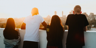 Generațiile Millennials si Z, nesigure si pesimiste privind evolutia societatii, cariera si viitorul lor