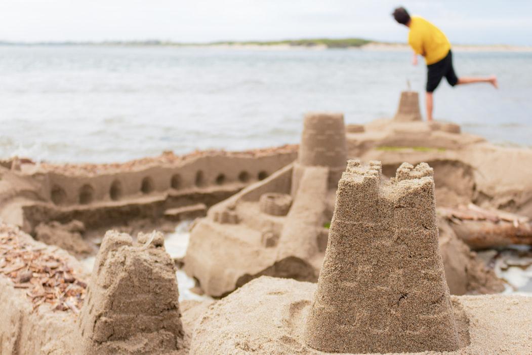 Romania economica risca sa se prabuseasca precum un castel de nisip