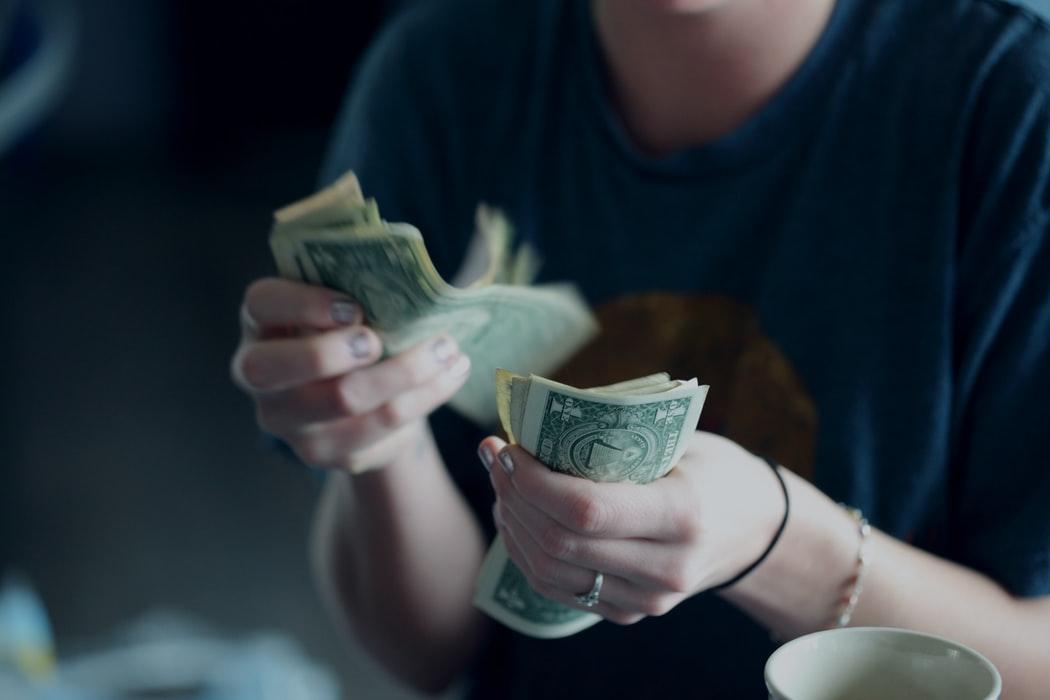 Doi din trei angajati romani au reusit sa puna bani deoparte in ultimele doua luni
