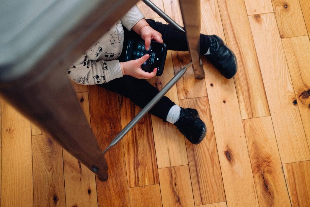 Sondaj: 1 din 2 angajati romani care au copii lucreaza cu greu de acasa
